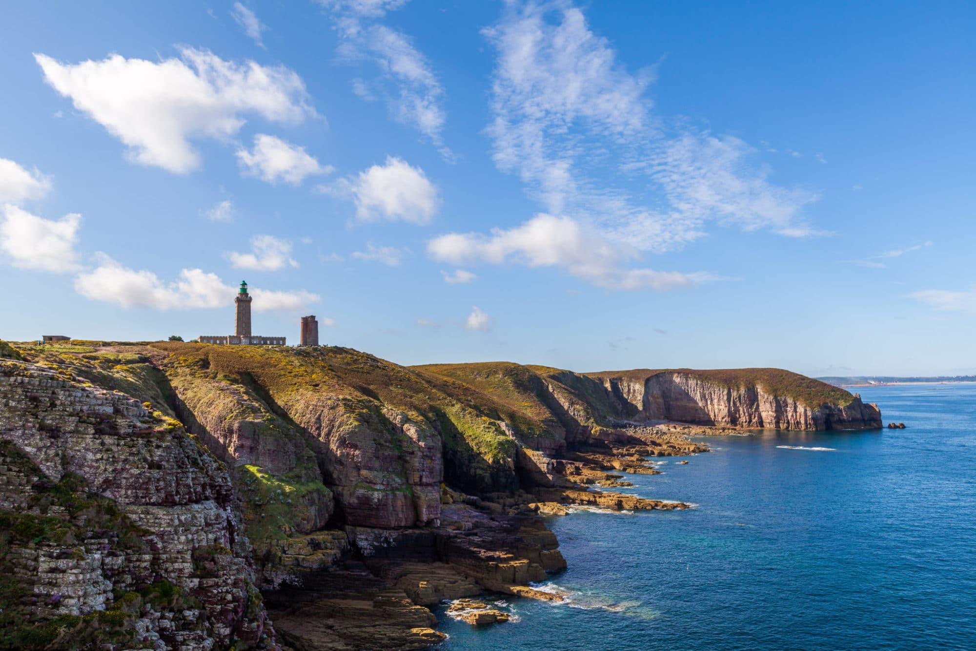 Une vue magnifique du Cap Frehel depuis la mer en Bretagne - Récit de voyage sur le site Vos Plus Belles Destinations