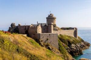 Une vue magnifique du Fort La Latte depuis la mer en Bretagne - Récit de voyage sur le site Vos Plus Belles Destinations