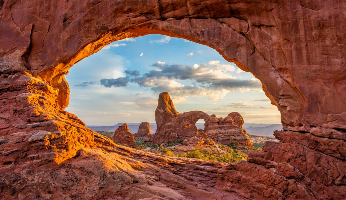Il propose des points de vue surplombant les canyons - Découverte du parc national de Canyonlands - Utah, Etats-Unis - Asctuces et conseils de voyage pour favoriser la découverte des plus beaux paysage du monde avec des belles photos
